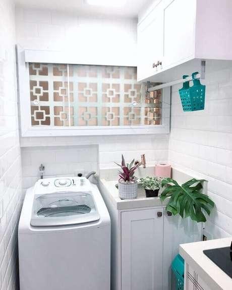 45. Revestimento para lavanderia pequena em tom branco dá a sensação de amplitude. Fonte: Pinterest