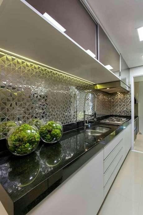 35. Bancada de cozinha em granito preto com armários brancos – Via: Homify