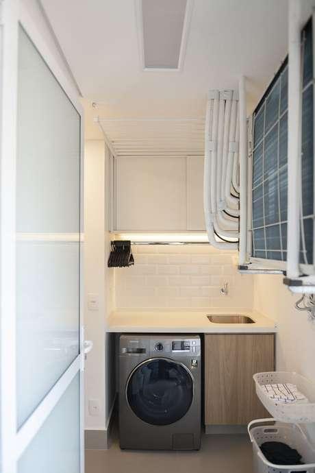 18. Móvel planejado amadeirado e revestimento para lavanderia branco. Fonte: Isabela F.