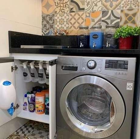 26. O revestimento para lavanderia interna deve unir beleza e funcionalidade. Fonte: Nanda Abreu Organizer