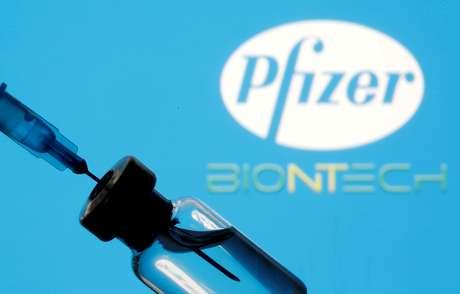 Frasco e seringa em frente aos logos da Pfizer e da BioNTech em foto de ilustração 11/01/2021 REUTERS/Dado Ruvic