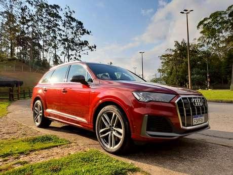 Audi Q7 S Line é o topo da linha e oferece múltiplos modos de condução.