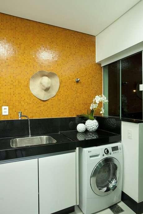 9. Aposte em cores ousadas no revestimento para lavanderia interna. Projeto por Aquiles Nicolas Kílaris
