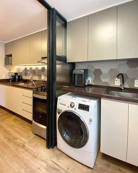 10. O revestimento hexagonal da lavanderia segue a mesma cor da cozinha. Fonte: Amanda Braga