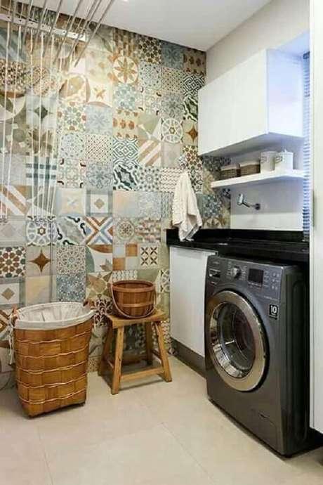 40. Revestimento para lavanderia feito com ladrilhos coloridos alegram a decoração do ambiente. Fonte: Revista VD