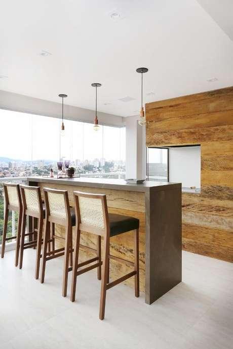 9. Varanda gourmet com bancada marrom – Via: Bianchi Lima