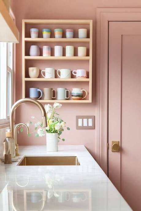 2. Bancada de cozinha em granito branco – Via: Casa Casada