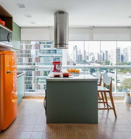 55. Bancada de cozinha em granito clara com móveis verdes e geladeira laranja – Via: Clic da Obra