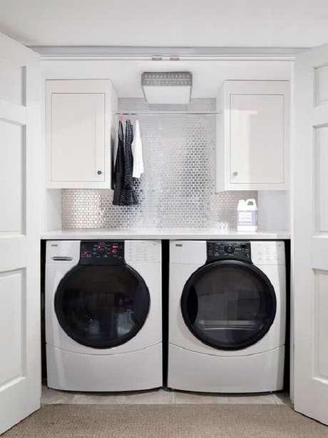23. O revestimento para lavanderia espelhado traz glamour para o ambiente. Fonte: Revista Viva Decora