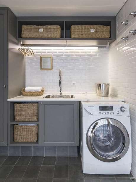 4. Revestimento branco para lavanderia aberta e planejada. Projeto por Fabricio Cardoso