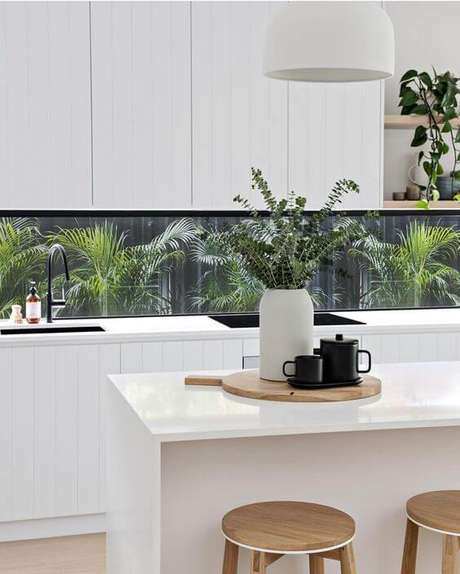 20. Bancada de cozinha em granito branco com armários da mesma cor – Via: Instagram