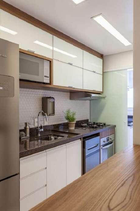 47. Bancada de granito marrom para cozinha pequena – Via: Rúbia M Vieira Interiores