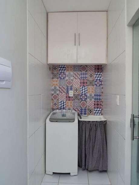 31. Os ladrilhos hidráulicos coloridos ocupam uma pequena parte da lavanderia pequena. Fonte: Pinterest
