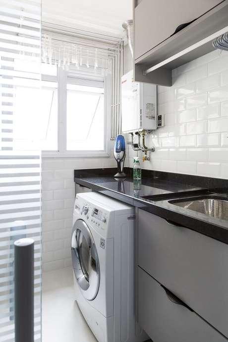 11. Bancada de granito preto e revestimento para lavanderia pequena branco. Fonte: Bárbara Dundes