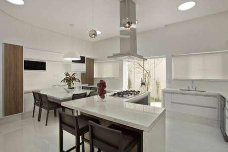11. Cozinha planejada com bancada em granito – Via: Aquiles Nicol