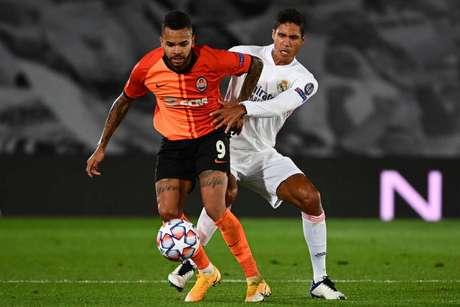 Varane tem parceria com Sergio Ramos de longa data (Foto: GABRIEL BOUYS / AFP)