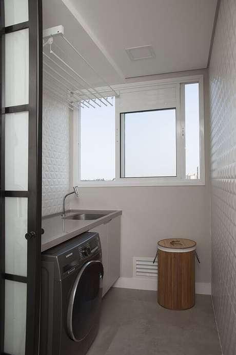20. O revestimento branco para lavanderia 3D é uma tendência na decoração. Projeto por Bruno Moraes Arquitetura e Interiores
