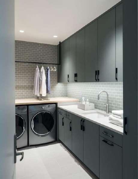 44. Revestimento para lavanderia interna feito com azulejo metro white cinza. Fonte: Revista Viva Decora