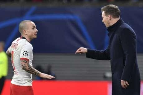 Angeliño conversando com Nagelsmann em jogo contra o Tottenham na Champions (Foto: JOHN MACDOUGALL / AFP)