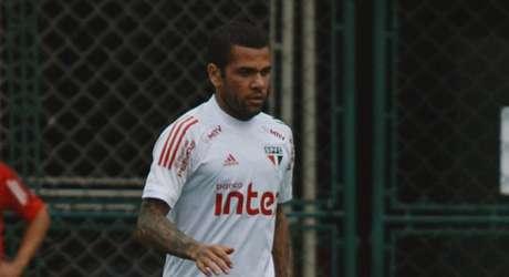 De volta após suspensão, Daniel Alves deve ser titular contra o Flamengo (Foto: Reprodução/ Twitter @SaoPauloFC)