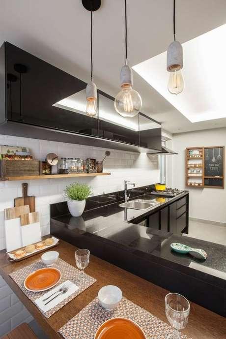 4. Bancada de cozinha em granito preto – Via: Mara Ramos