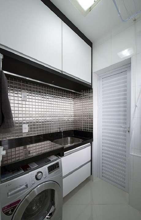 42. Revestimento para lavanderia feito com pastilhas de vidro com acabamento metalizado. Fonte: Iara Kilaris