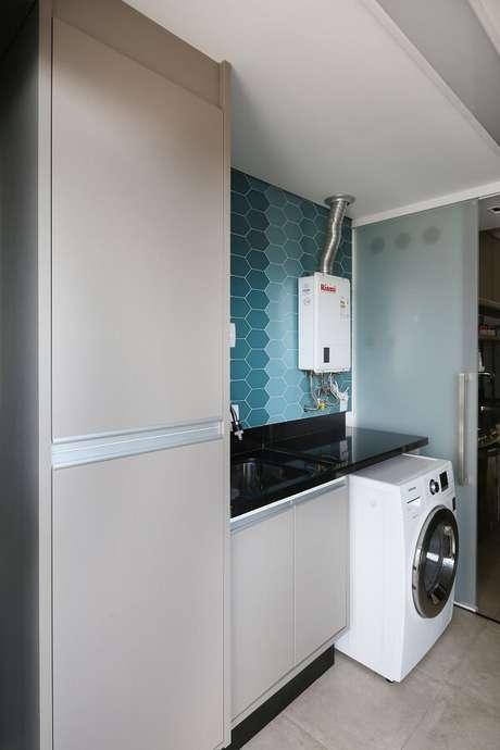 38. Revestimento para lavanderia em formato hexagonal em tons de azul. Fonte: Juliana Muchon
