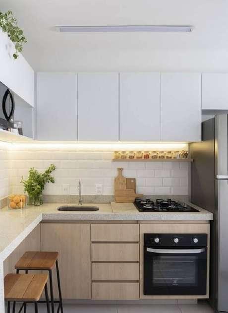8. Cozinha clara com bancada pequena – Via: Apartment Therapy