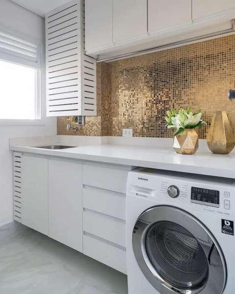 1. Revestimento para lavanderia ousado se destaca na decoração do espaço. Fonte: Monise Rosa Arquitetura