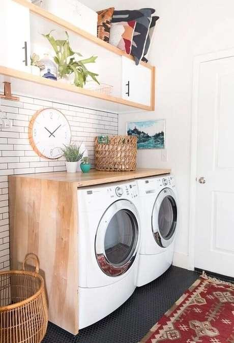 28. O revestimento para lavanderia pequena com rejunte escuro traz um charme a parte para a decoração. Fonte: Vintage Revivals