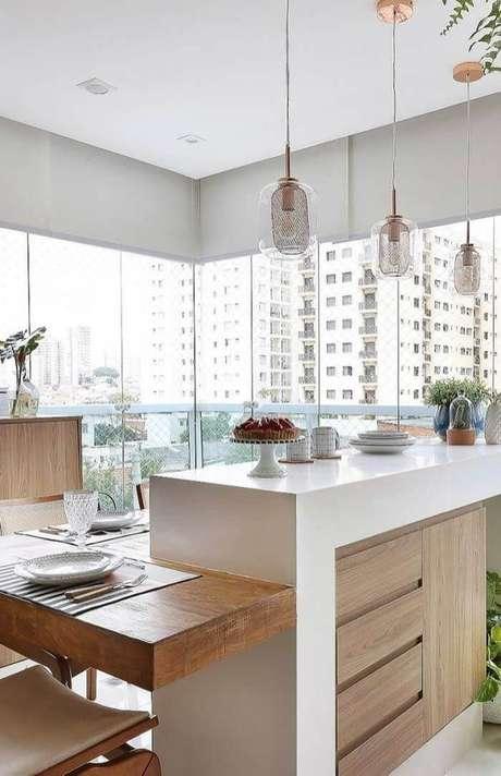 48. Bancada gourmet branca com madeira para varanda – Via: Archilovers