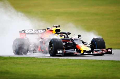 O carro andou na pista seca, sim, mas também enfrentou a pista molhada. Afinal, é a Inglaterra