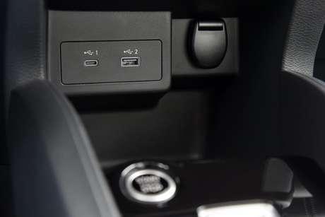Duas entradas USB mais potentes no console central, sendo uma USB-C (menor).