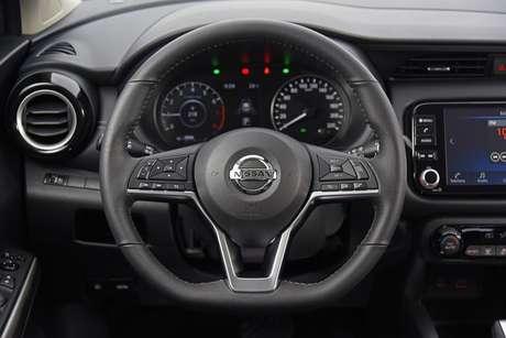 Quadro de instrumentos analógico e volante multifuncional: Kicks é um SUV sem enfeites.