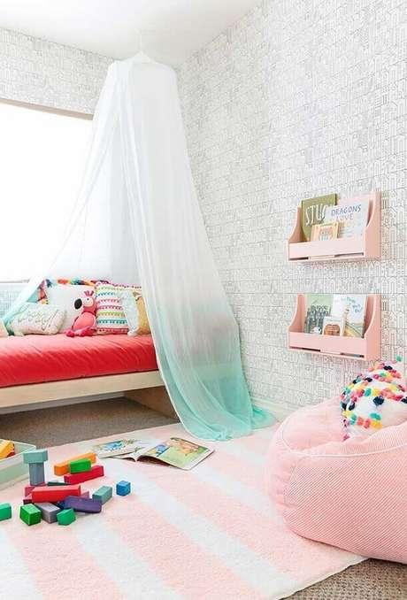 25. Papel de parede de tijolinho para decoração de quarto para criança com puff cor de rosa – Foto: Pinterest