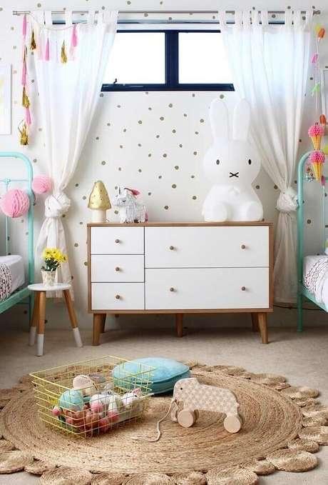 64. Decoração de quarto para criança com cômoda retrô e papel de parede de bolinhas – Foto: Archizine