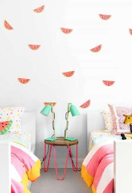 43. Decoração de quarto para criança com papel de parede de melancia – Foto: Ideias Decor