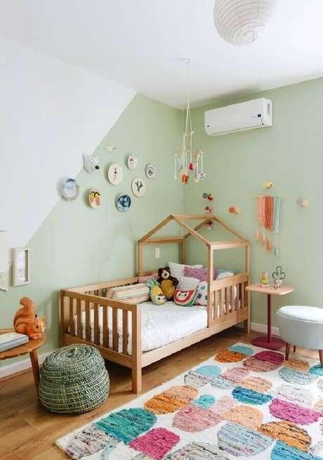 52. Decoração simples de quarto para criança verde e branco com cama casinha – Foto: Histórias de Casa