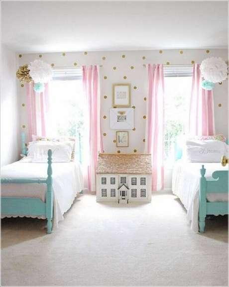 34. Decoração de quarto para criança com cama azul, cortina rosa e papel de parede branco com bolinhas douradas – Foto: Futurist Architecture