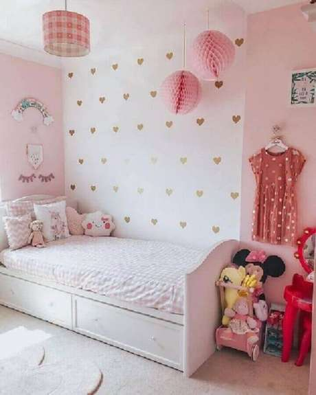 57. Quarto para criança menina simples decorado em rosa e branco com papel de parede de corações – Foto: Pinterest