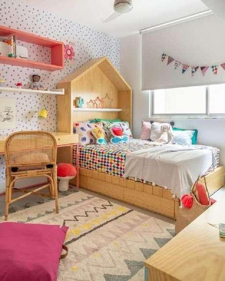 59. Cama casinha de madeira e papel de parede de bolinhas para decoração de quarto para criança – Foto: MOOUI + Hana Lerner