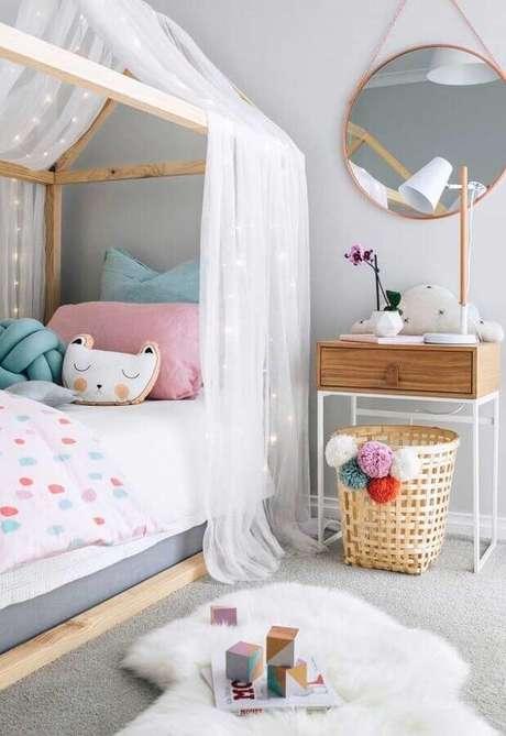 16. Decoração de quarto para criança cinza com espelho redondo e cama casinha de madeira – Foto: Home Fashion Trend