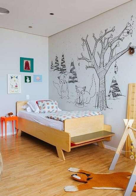 32. Decoração simples em quarto para criança com cama de madeira diferente – Foto: Histórias de Casa