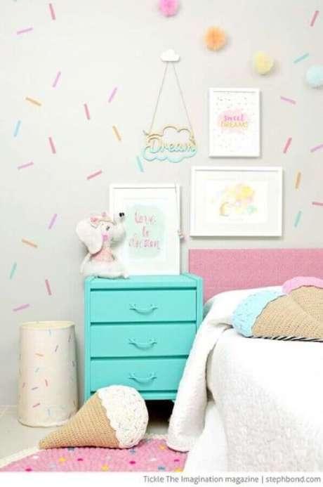 17. Decoração de quarto para criança com papel de parede com detalhes coloridos e criado mudo azul turquesa – Foto: Baú de Menino