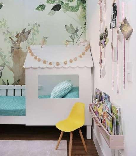 53. Quarto para criança decorado com cama casinha e papel de parede lúdico – Foto: Eu Decoro