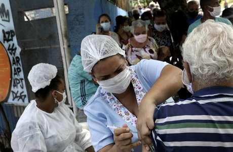 Profissional de saúde aplica vacina contra Covid-19 em São Gonçalo 19/02/2021 REUTERS/Ricardo Moraes