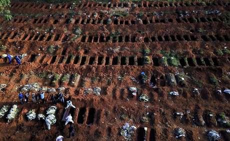 Enterro de vítima da Covid-19 em cemitério de São Paulo 22/05/2020 REUTERS/Amanda Perobelli