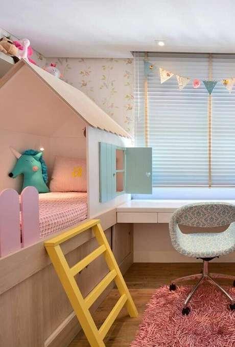 40. Móveis planejados para decoração colorida de quarto para criança com cama casinha – Foto: Archilovers