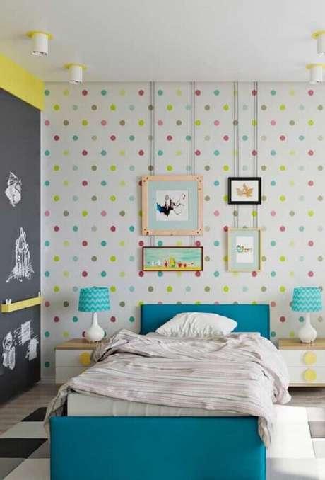 24. Papel de parede para quarto de criança com estampa de bolinhas coloridas – Foto: Home Fashion Trend