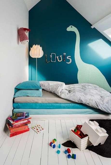 63. Quarto para criança simples decorado com adesivo de dinossauro na parede – Foto: Archzine